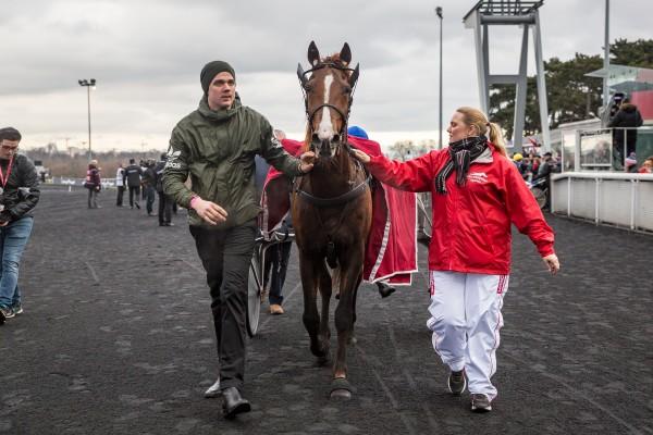 Lionel, Gøran Antonsen og Kersi Manninnen målgang i Prix d'Amérique. Foto: Eirik Stenhaug/Equus