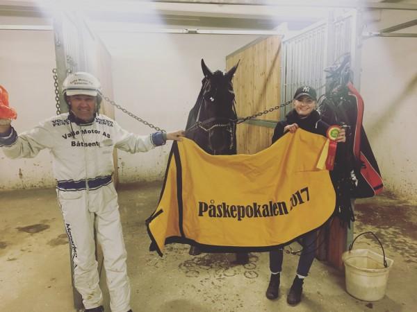 Fornøyde vinnere av Påskepokalen. Cato, Mymanyyouare og oppasser Torunn Fjellhaug.